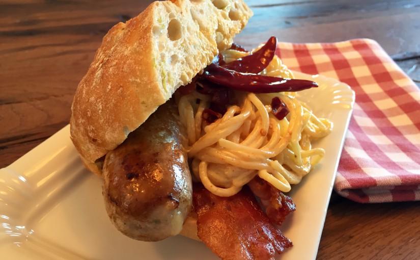 """""""Goudaprengel"""" im Chiabatta mit Bacon, Pasta und Piri-Piri-Hollandaise"""