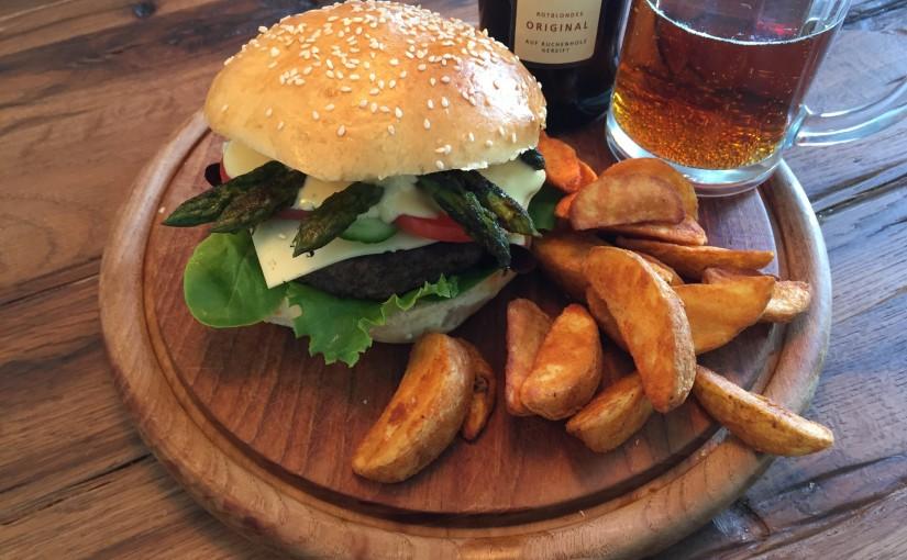 Burger mit grünem Spargel, Hollandaise und Schinken vom Iberico-Schwein