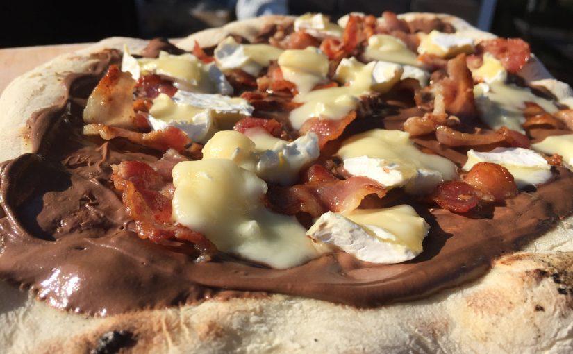 Nutella-Pizza mit Bacon und französischem Weichkäse