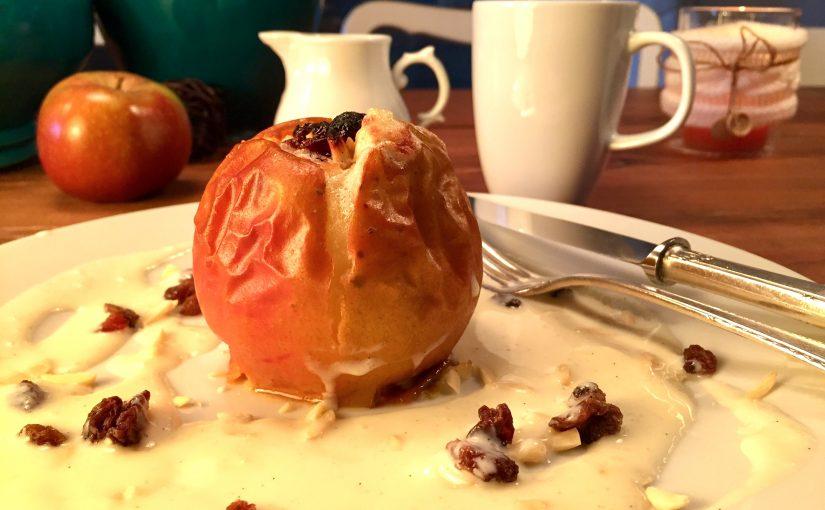 Bratapfel mit Mandeln, Rosinen, Honig und Vanillesoße (schmeckt auch zu Glühwein)